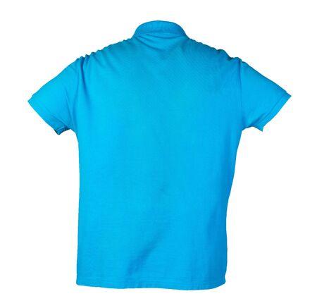 Kurzes T-Shirt mit blauen Ärmeln isoliert auf weißem Hintergrund Baumwollhemd Vorderansicht. Lässiger Kleidungsstil Standard-Bild
