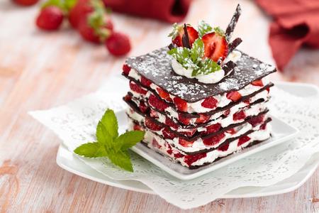 イチゴ、ホイップ クリーム、ミントとチョコレートのデザート。 写真素材