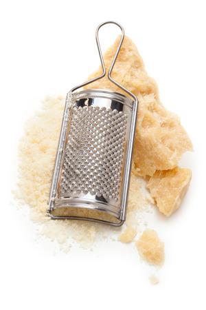 パルメザン チーズとチーズ ナイフまな板の上。白で隔離。 写真素材