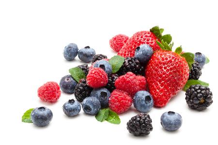 모듬 과일과 민트 물 방울을 남긴다. 흰색 배경에 고립. 스톡 콘텐츠