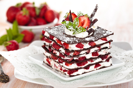 Chocoladedessert met aardbeien, slagroom en munt.
