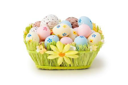 pascuas navide�as: Huevos de Pascua coloridos en la cesta. Aislado en el fondo blanco.