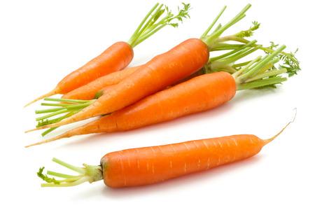 zanahorias: Montón de zanahorias maduras con hojas. Aislado en el fondo blanco.