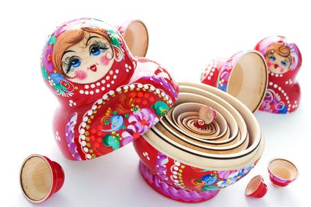 muñecas rusas: Primer disparo de muñecas rusas. En el fondo blanco. Enfoque en la muñeca más pequeña.