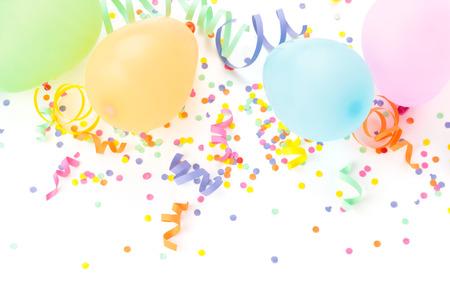 marco cumpleaños: Globos, serpentinas y confeti aisladas sobre fondo blanco.