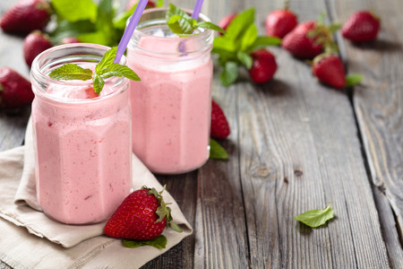 owoców: Owoce smoothie z liści mięty na drewnianym stole rustykalnym.