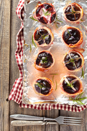 porc: Oven-baked figs with cheese and rosemary, wrapped in bacon.