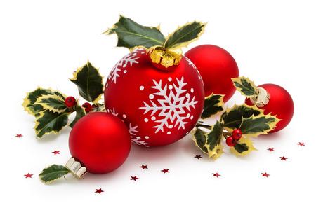 クリスマス ボールには白い背景で隔離の葉雪とホリーが描かれています。