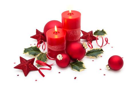 De decoratie van Kerstmis met kaars op een witte achtergrond.