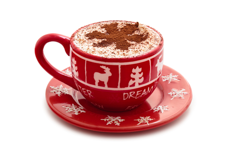 hombre tomando cafe: Navidad decorado taza con chocolate caliente para los días festivos. Aislado en el fondo blanco.