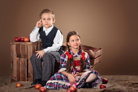ragazza innamorata: Ragazza e ragazzo con le mele e le scatole. Archivio Fotografico