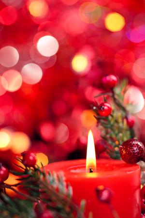 빨간색 휴가 빛에 대 한 촛불 크리스마스 장식입니다. 스톡 콘텐츠