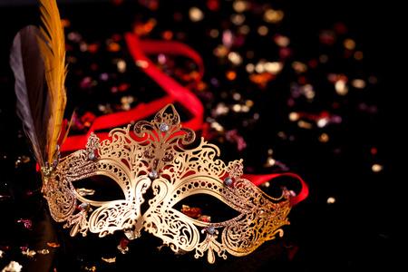 Gold carnival mask on black background. Banque d'images