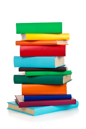 Stapel kleurrijke boeken. Geïsoleerd op een witte achtergrond. Stockfoto
