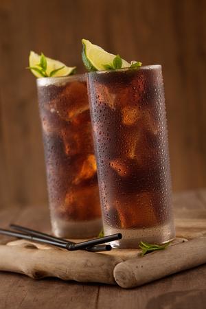 Glas cola met ijs.