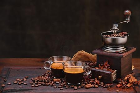 Los granos de café y molinillo.