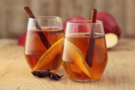 Apple cider cocktail with cinnamon and apple slices. Standard-Bild