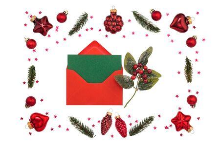 Decorazioni natalizie rosse su fondo bianco Archivio Fotografico