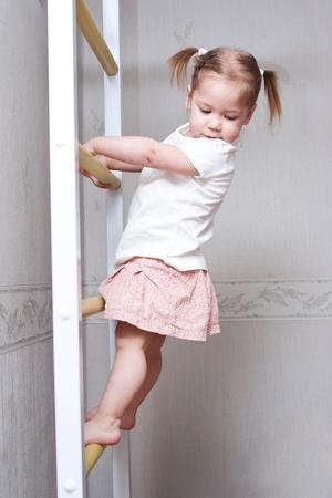 niño trepando: niño que juega deportes y subir las escaleras