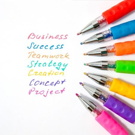 trabajaba: Las palabras de negocio est�n escritas a mano con l�pices de colores. S�mbolo del trabajo en equipo