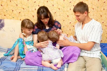 breast milk: Allattamento al seno due sorelline gemelle allo stesso tempo