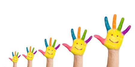 democracia: Cinco manos coloridas con una sonrisa