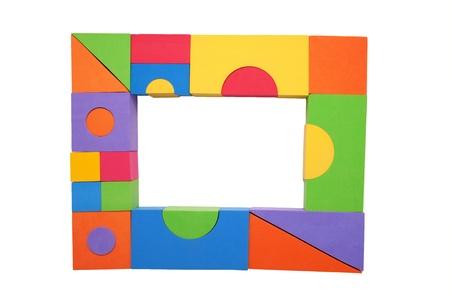 place for children: Marco de los ni�os coloridos bloques de edificio de lugar para su texto aislado en el fondo blanco