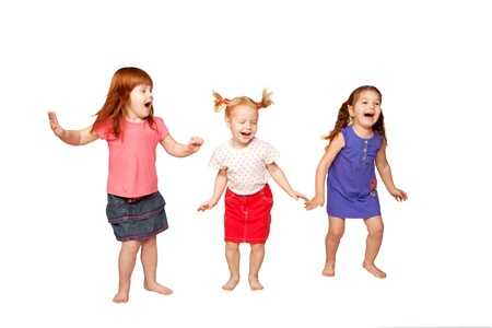 chicas bailando: Felices los ni�os peque�os bailando y saltando pelirroja, partido muchachas alegre rubia y morena aislado sobre fondo blanco