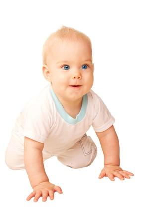 bebe gateando: Beb� feliz que se arrastra lejos. Aislado sobre fondo blanco.