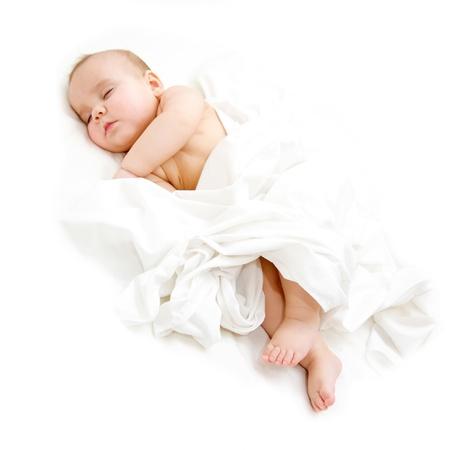 Baby slaapt vredig bedekt blad. Geà ¯ soleerd op witte achtergrond Stockfoto
