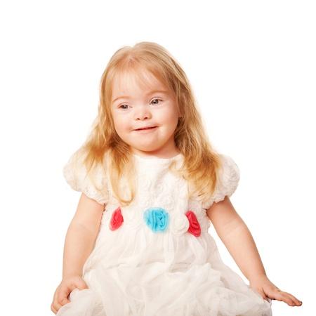 Mooi meisje met blond haar en blauwe ogen in een mooie witte jurk met rozen. Geà ¯ soleerd op witte achtergrond