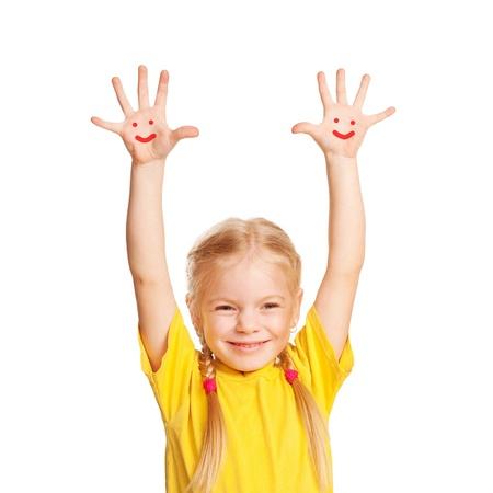 Gelukkig weinig kind met lachende gezichten geschilderd op zijn handpalmen. Kid verhogen handen omhoog. Geà ¯ soleerd op witte achtergrond