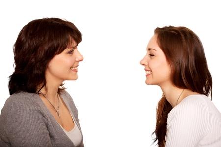 kinderen: Moeder en tienerdochter praten en samen te lachen