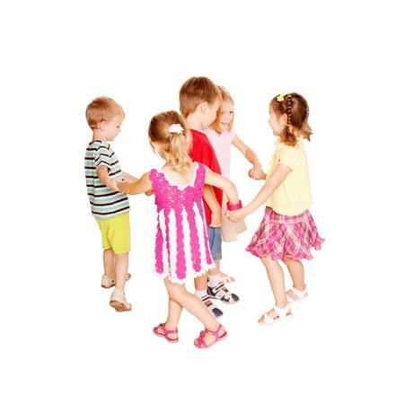 niños danzando: Grupo de niños pequeños bailando, tomados de la mano y divertirse. Fiesta alegre. Aislado sobre fondo blanco.