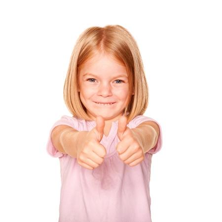 ok symbol: Bambina felice che mostra un pollice in alto segno simbolo o OK. Isolato su sfondo bianco