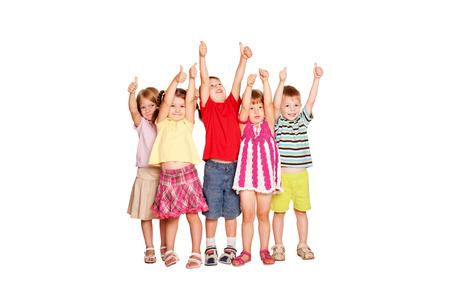 ok symbol: Gruppo di bambini divertirsi e mostrando un pollice in alto segno o un simbolo OK isolato su sfondo bianco