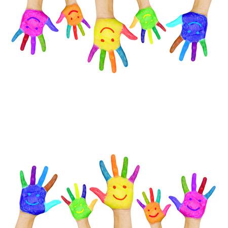 mains: Cadre de mains color�es peintes avec des visages souriants Fun, la joie, le bonheur et la bonne humeur de b�b�, enfant et adulte mains f�te joyeuse ou c�l�bration isol� sur fond blanc Banque d'images
