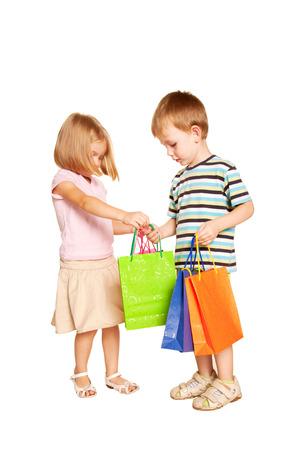 Kinderen winkelen. Jong paar met boodschappentassen. Geïsoleerd op witte achtergrond.