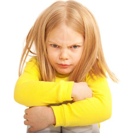 Wenig traurig und wütend Kind. Isoliert auf weiß