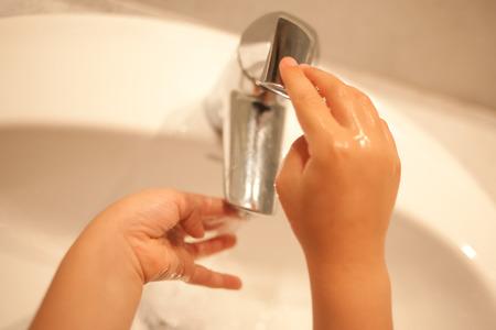 lavarse las manos: Kid es el lavado de manos con agua corriente.