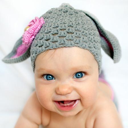 ovejitas: Bebé feliz en el sombrero como un conejo o cordero