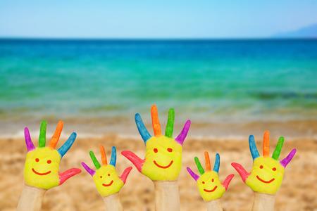 bebes niñas: Smiley en las manos contra la playa de arena de mar y del cielo. Concepto de vacaciones de verano con el espacio de la copia