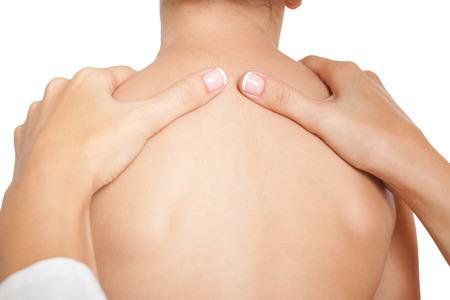 collo: Massaggiatore facendo massaggio del collo e delle spalle del bambino. Isolato su sfondo bianco. Archivio Fotografico