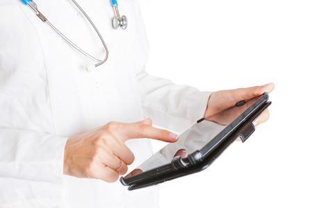 equipos medicos: Doctora con tablet PC, por lo que los registros m�dicos. Aislado en el fondo blanco.