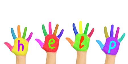 """aide à la personne: Mot """"help"""" écrit sur la paume des mains peintes colorées. Isolé sur fond blanc Banque d'images"""