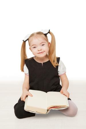 Enfant d'âge préscolaire fille lisant un livre. Isolé sur fond blanc.