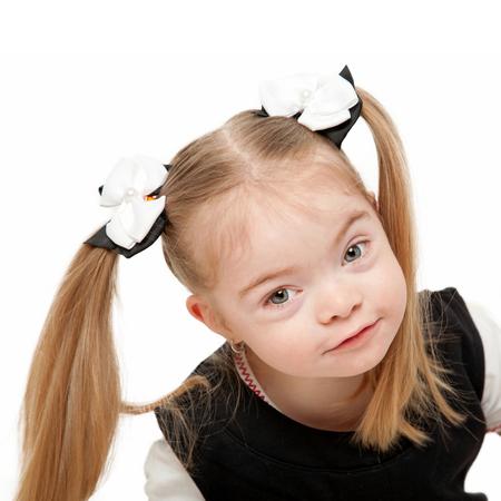 Jolie petite fille préscolaire. Isolé sur fond blanc.