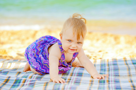 bebe gateando: Beb� que se arrastra en la playa. Vacaciones de verano Foto de archivo