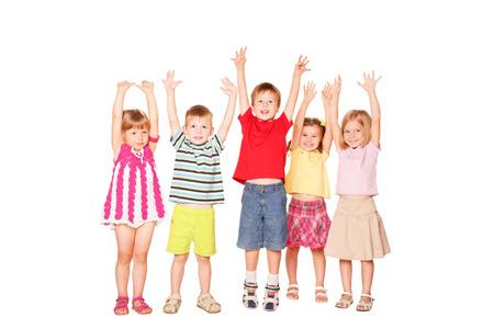 manos levantadas: Grupo de niños emocionales amigos con sus manos levantadas. Aislado en el fondo blanco