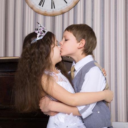 Amour concept. Couple d'enfants aimant les uns les autres étreintes et baisers.